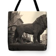 Guarded Lion Statue In Chicago Tote Bag