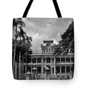 Hawaii's Iolani Palace In Bw Tote Bag