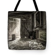 Inside Leo's Apple Barn - The Old Television In The Apple Barn Tote Bag by Gary Heller