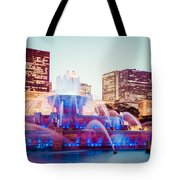 Buckingham Fountain And Chicago Skyline At Night Tote Bag