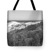 Gay Head Lighthouse With Aquinna Beach Cliffs - Black And White Tote Bag