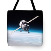 Iss Crew Arriving By Soyuz Spacecraft Tote Bag by NASA / Science Source