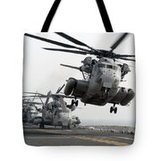 A Ch-53e Super Stallion Lifts Tote Bag by Stocktrek Images
