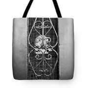 French Quarter Window To The Courtyard - Bw Tote Bag
