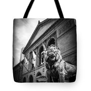 Art Institute Of Chicago Lion Statue In Black And White Tote Bag