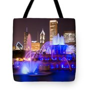 Buckingham Fountain At Night With Chicago Skyline Tote Bag
