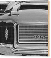 1972 Oldsmobile 442 Grille Emblem Wood Print