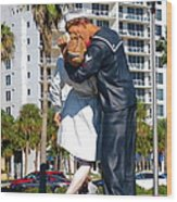 Couple Looking Up To The Famous Wwll Kiss Statue In Sarasota. Wood Print
