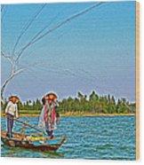 Fishermen Casting A Broad Net On Thu Bon River In Hoi An-vietnam Wood Print