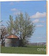 Green Wheatfield With An Old Grain Bin Wood Print