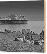Holiday Makers On Brighton Beach Wood Print