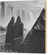 Honeymooners At Niagara Falls Wood Print
