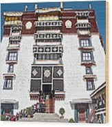 Line Of Pilgrims And Tourists Entering Former Living Quarters Of Dalai Lama In Potala Palace-tibet Wood Print