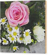 Pink Rose With Daisies Wood Print