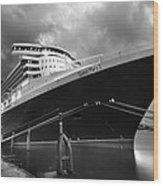Queen Mary 2 In Hamburg Wood Print