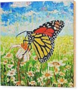 Royal Monarch Butterfly In Daisies Wood Print