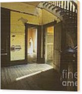 Visitor At The Meade Hotel Wood Print