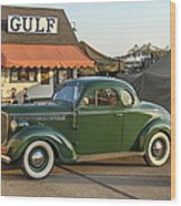 1942 Gulf Service Station With Antique Car Wood Print