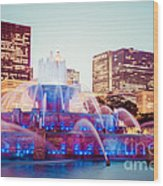 Buckingham Fountain And Chicago Skyline At Night Wood Print