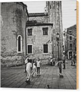 Children At Play In A Venice Piazza Wood Print