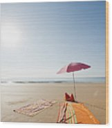 Portugal, Algarve, Sagres, Sunshade And Blanket On Beach Wood Print by Westend61