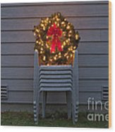 Christmas Wreath On Lawn Chairs Wood Print