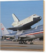 747 Takes Off With Space Shuttle Enterprise For Alt-4 Wood Print