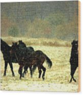Bailando De Los Caballos En Viento Y Nieve Wood Print