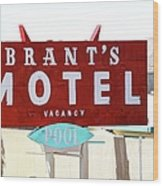 Brants Motel Sign Barstow Wood Print