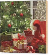 Brightly Lit Christmas Tree With Lots Of Gifts Wood Print