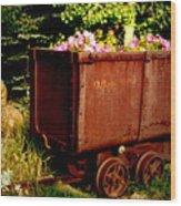 Fleurs In Rustic Ore Car Wood Print