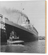 Rms Queen Elizabeth Wood Print by Dick Hanley and Photo Researchers